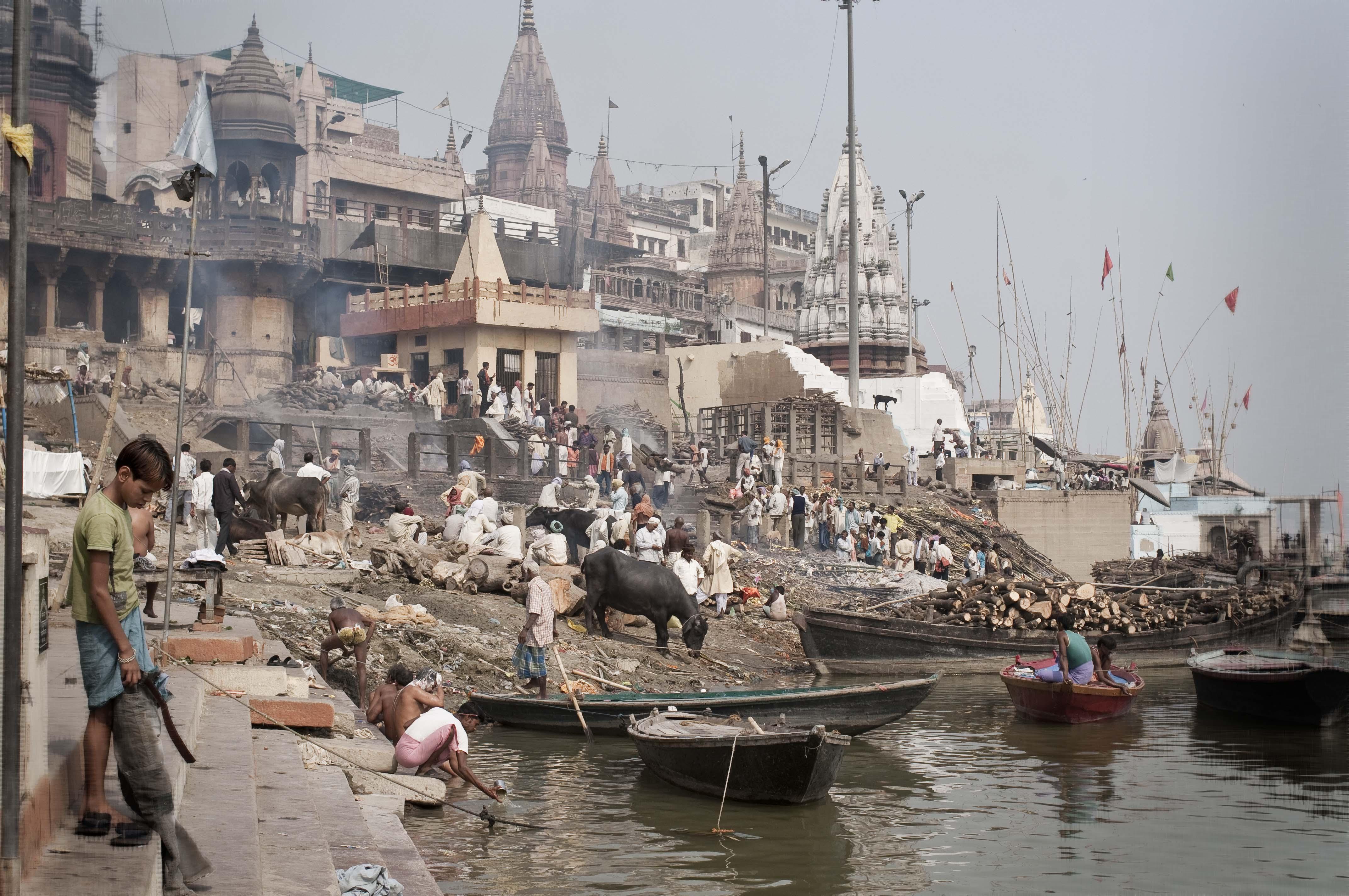 Die Manikarnika Ghat in Varanasi. An dieser Ghat werden Leichen von Verstorbenen verbrannt und anschliessend die Asche in den Ganges geschüttet. Für die Hindus ist der Ganges heilig. Varanasi, India